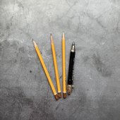 Простой карандаш HB и черный линер